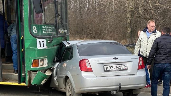 Водителя доставали спасатели: в Ярославле легковушка столкнулась с троллейбусом