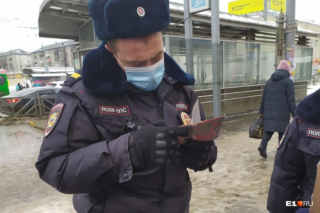 Правозащитник рассказал, что полицейский звонил по телефону, когда проверял документы
