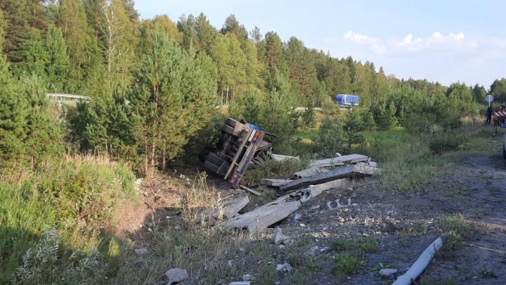 В Невьянске на трассе перевернулся манипулятор, груженый плитами. Водитель погиб на месте