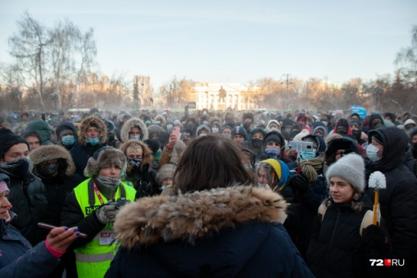 Мстислав Письменков на несанкционированной акции 23 января (в желтой жилетке)