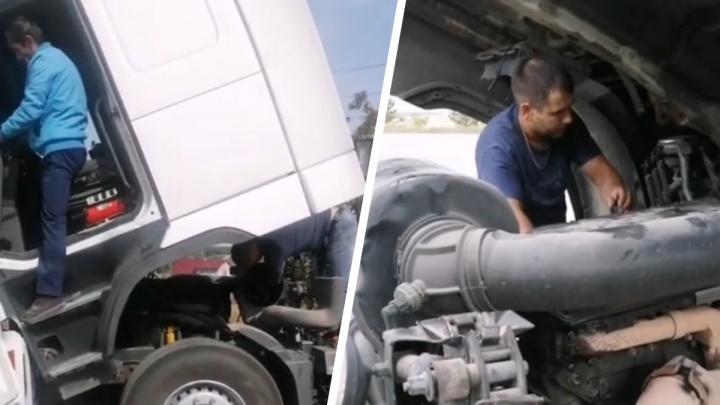 Водитель спас дальнобойщика из Казахстана, который простоял на трассе у Каменска-Уральского 13 дней