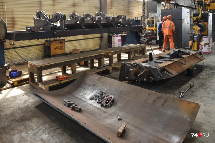 Лопата трактора представляет собой слоеный пирог из стальных листов