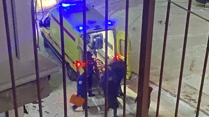 «К приезду скорой была еще живая и даже попыталась встать»: тюменка выпала с балкона многоэтажки