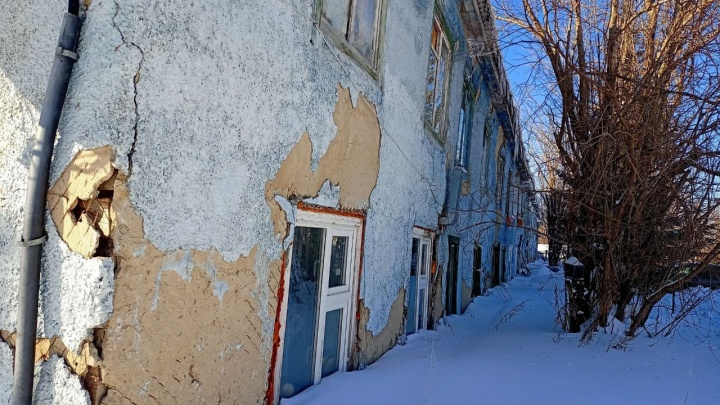 Надпись «Навальный» у аварийного барака в ХМАО затоптали, не тронув завалившие дом сугробы