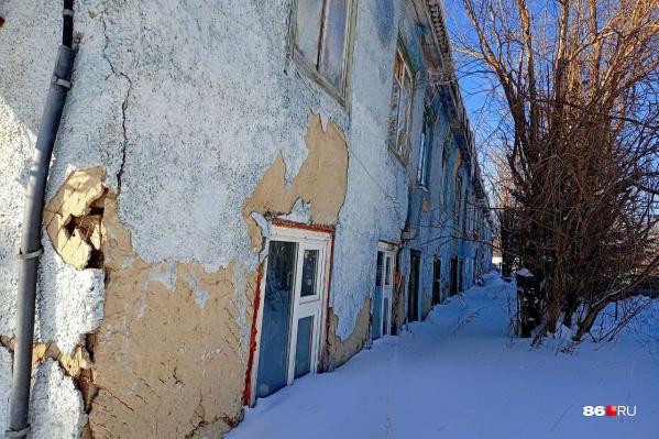 Этот снег никто не трогал с начала зимы. По мнению чиновников, он дополнительно греет аварийный дом