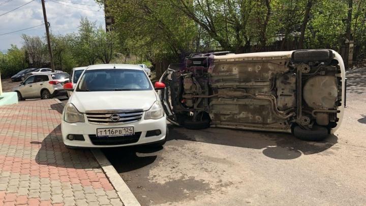 Отказали тормоза или перепутала педали? Девушка на «Витце» протаранила несколько машин в Студгородке