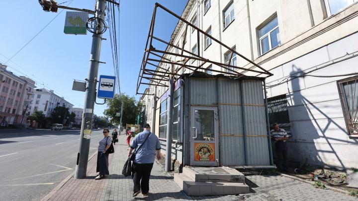 В центре Челябинска начали сносить скандальные киоски возле педагогического университета