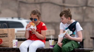 Уберите их подальше: 5 вредных продуктов, которыми мы кормим детей