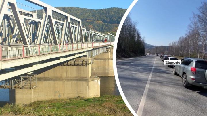 Огромная пробка образовалась на дивногорской трассе из-за ремонта моста