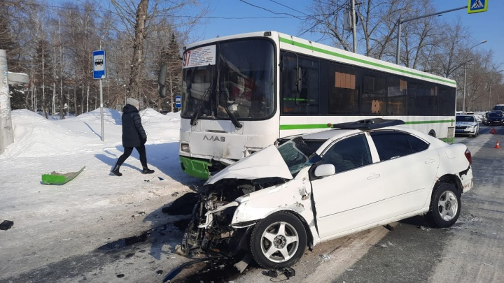 «Тойота» вылетела на встречку и врезалась в автобус с пассажирами— один человек погиб
