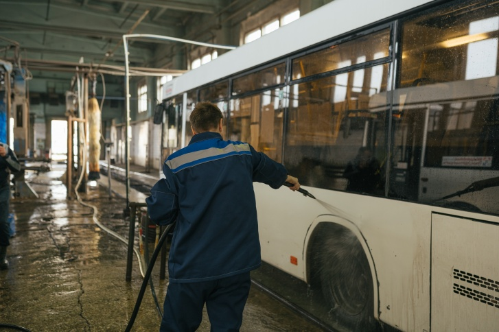 Сначала автобусы принимают душ