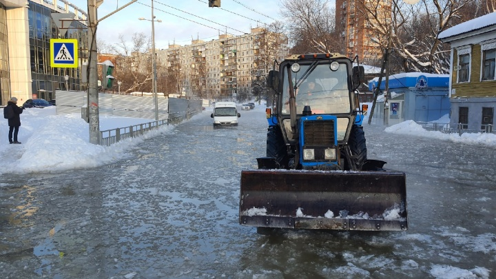 Вмерзший фургон и полметра воды. Улицу Ковалихинскую залило из-за прорыва