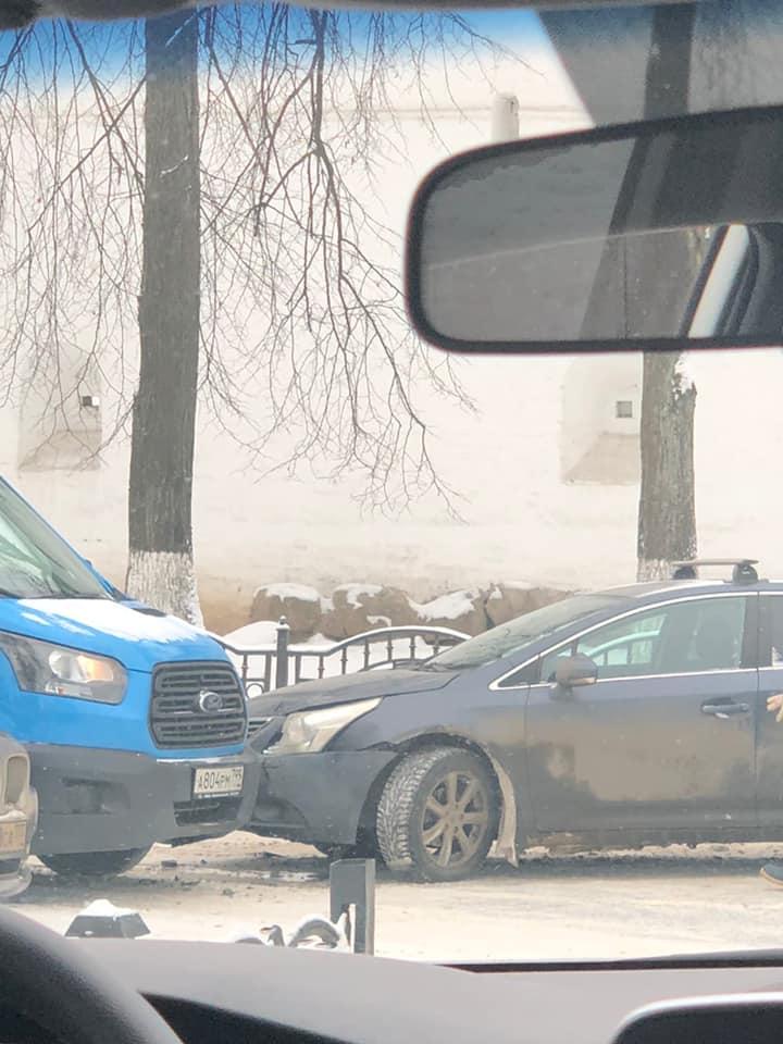 Вероятно, у седана возник занос на повороте дороги