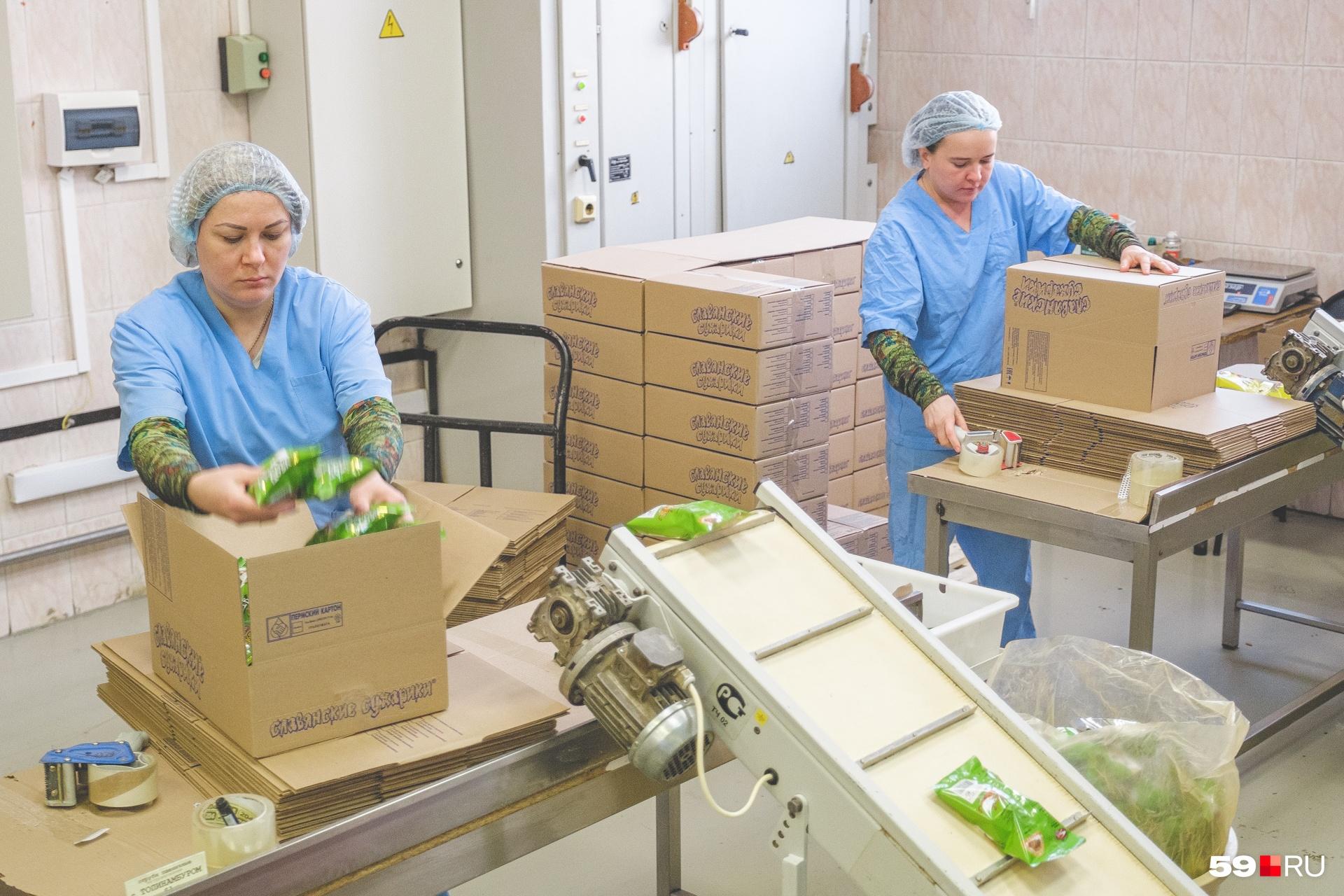 Коробки с нужным количеством пачек заклеивают скотчем и отправляют на склад