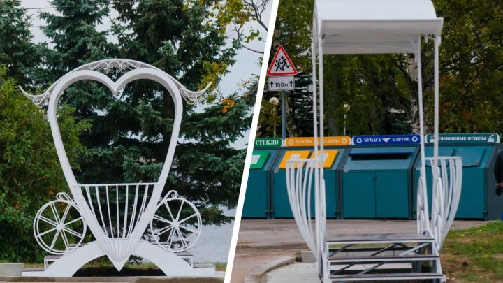 В Архангельске у площадки с мусором появилась карета для молодоженов: кадры с разных сторон и мнения