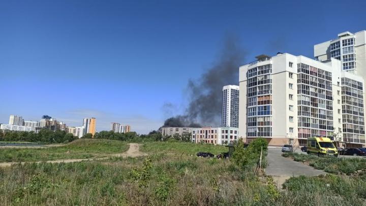 Уктус заволокло черным дымом из-за пожара