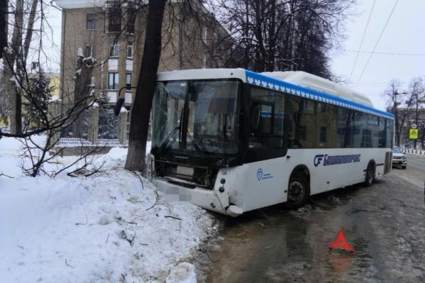 Автобус в итоге въехал в дерево