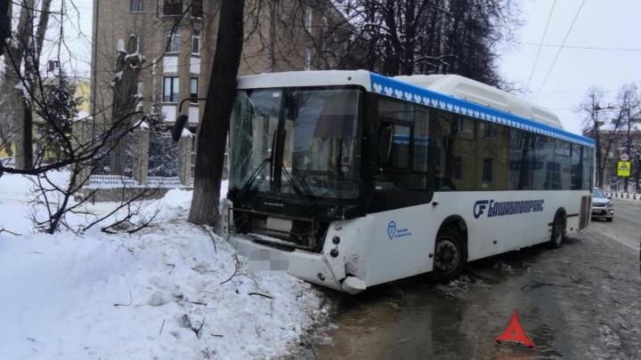 В Уфе в массовом ДТП с автобусами пострадали два пассажира