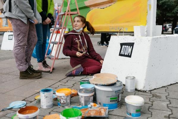Красить забор помогали ученики художественных школ Екатеринбурга