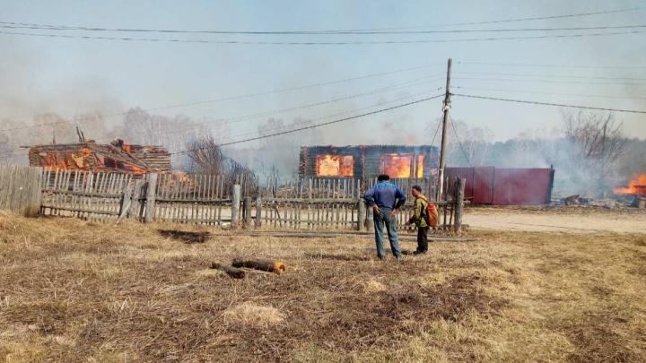 В селе под Тюменью крупный пожар: горит почта, жилой дом и три постройки