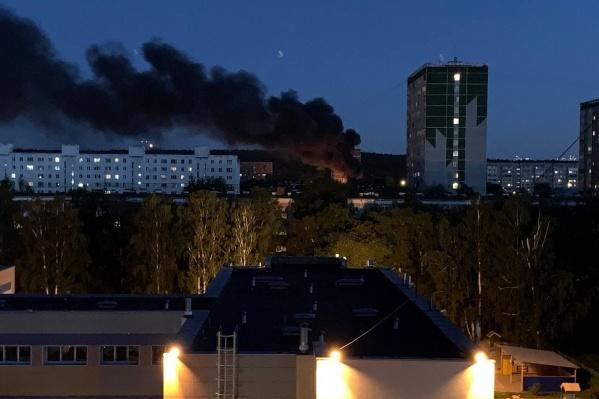 Поздним вечером над Юго-Западом было видно черный едкий дым. Это горели старые покрышки в одном из дворов