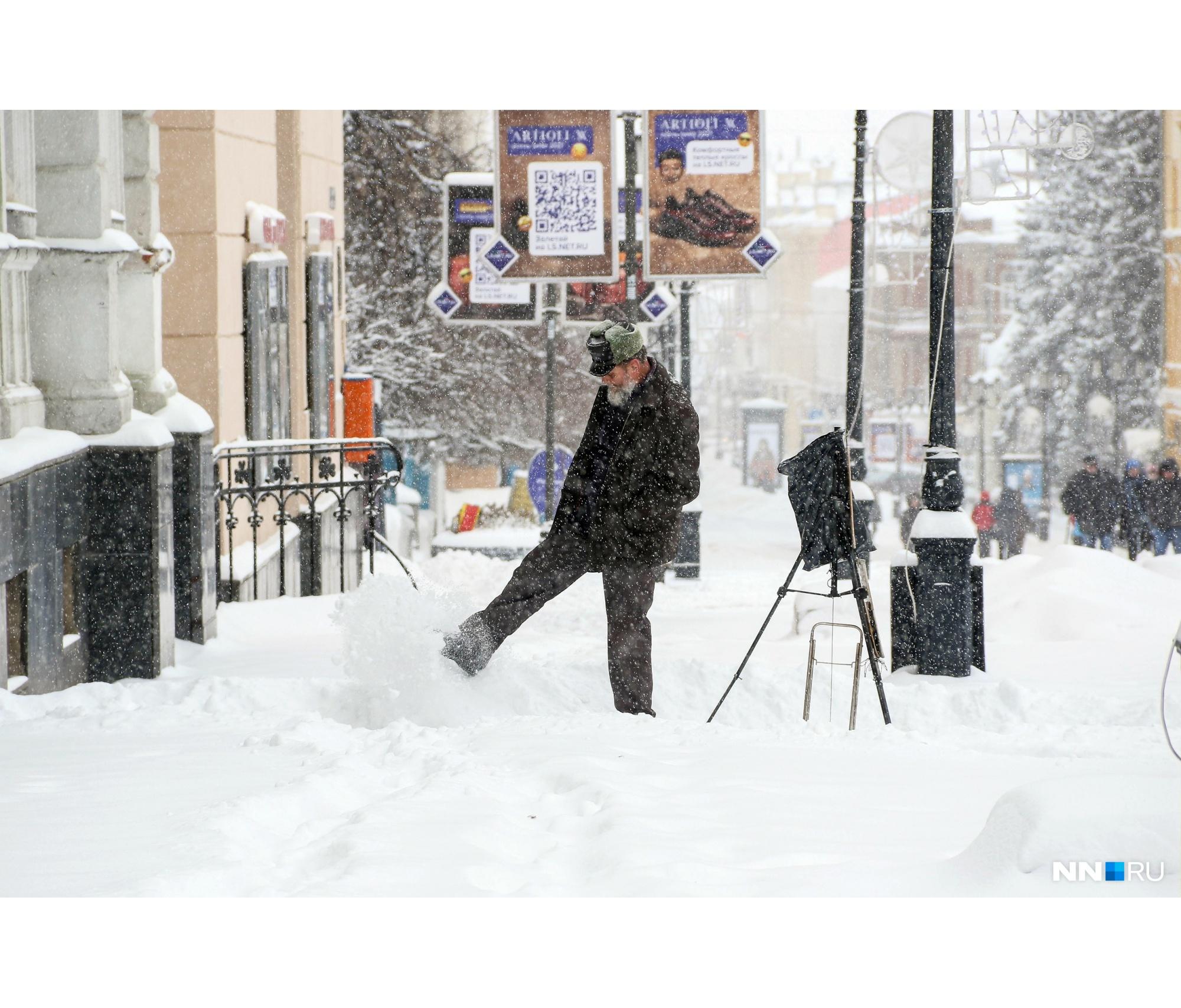 Некоторые решили воспользоваться погодными условиями и поиграть с хлопьями снега