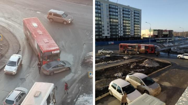 ДТП с автобусом и седаном перекрыло дорогу на улице Татьяны Снежиной