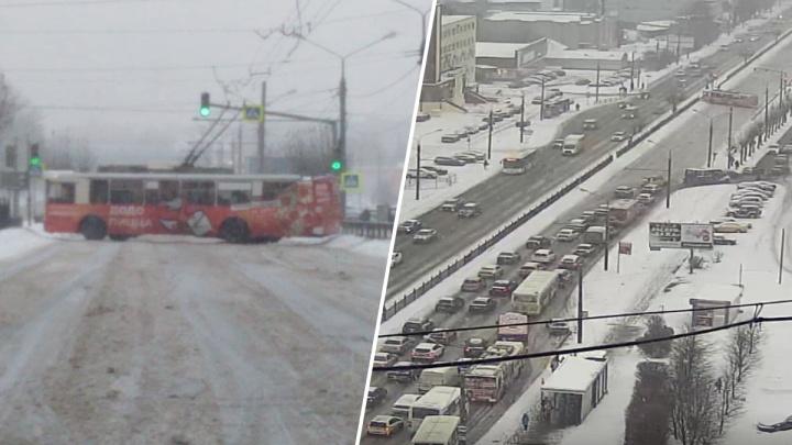 «Перегородил всю дорогу»: в Ярославле случился бум ДТП с общественным транспортом