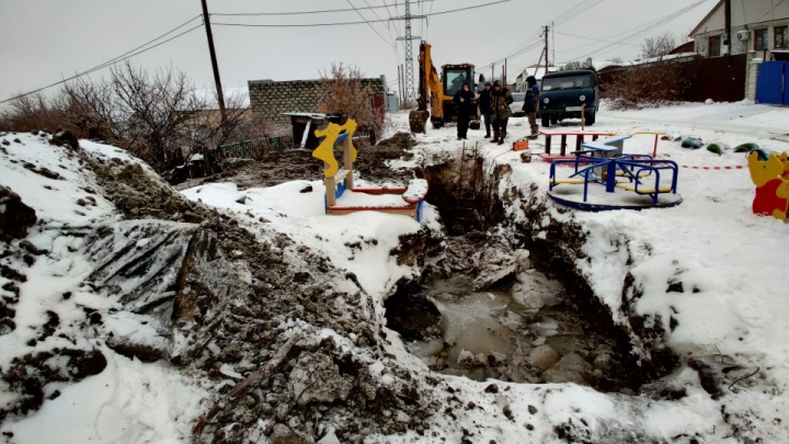 Под Волгоградом пошел на поправку школьник, упавший в глубокую коммунальную яму-ловушку