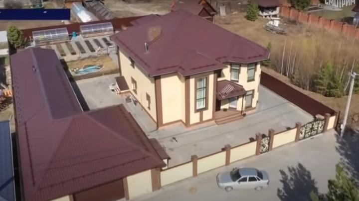 Арестованный начальник тюменской ГИБДД оформил дом на отца — вот как выглядит жилье