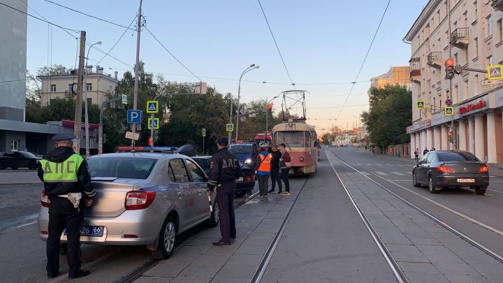 В центре Екатеринбурга столкнулись две легковушки. Из-за ДТП приостановили трамваи