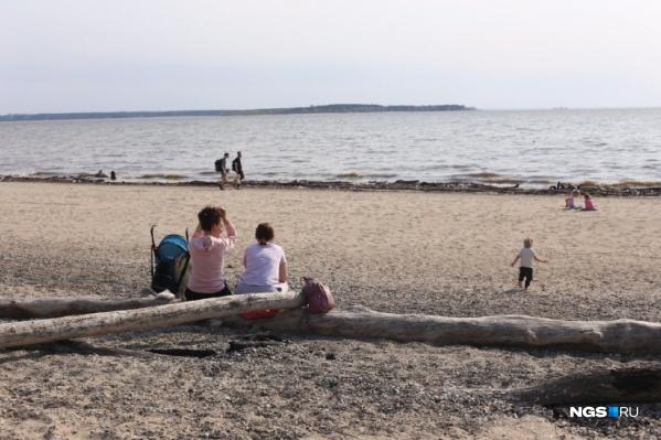 Купаться еще нельзя, но новосибирцы с первым теплом отправились на пляжи