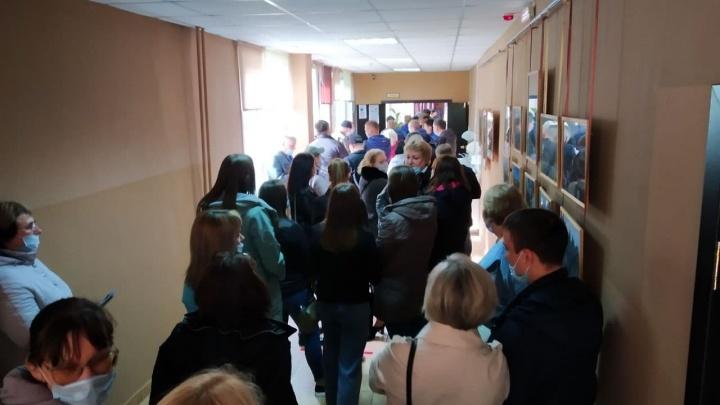 «Случаев принуждения не выявили»: центр мониторинга не нашел нарушений на участке с толпами избирателей