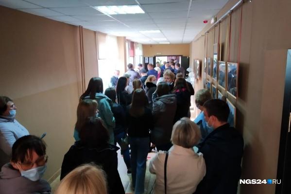 """Очередь на голосование на участке <nobr class=""""_"""">№ 374</nobr>"""