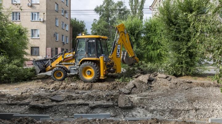 Деревья не трогать: улицу Пражскую в центре Волгограда перекопали под парковку