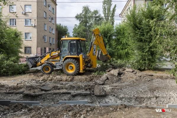 Асфальт на улице Пражской ломает одинокий фронтальный погрузчик