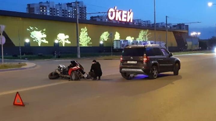 Пассажирка разбилась, ее увезли на скорой: на Ботанике водитель Skoda сбил мотоцикл Suzuki