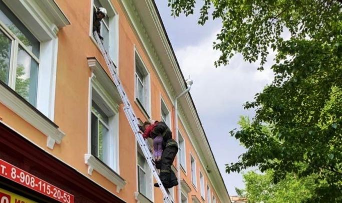 «Игрушек у нее тоже не было»: соседи — о семье девочки, стоявшей в окне на третьем этаже на Серова