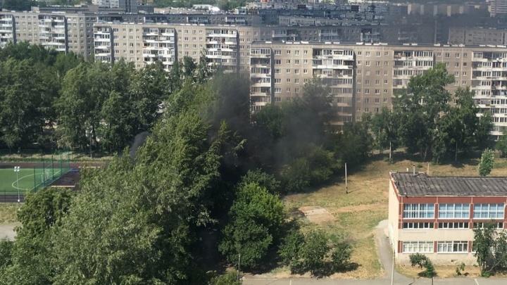 «Все возмущались, а он прибежал и отправил зевак таскать воду»: в Екатеринбурге учитель спас от пожара две школы