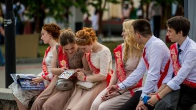 Родители челябинских одиннадцатиклассников назвали стоимость выпускных и зачетные идеи для праздника