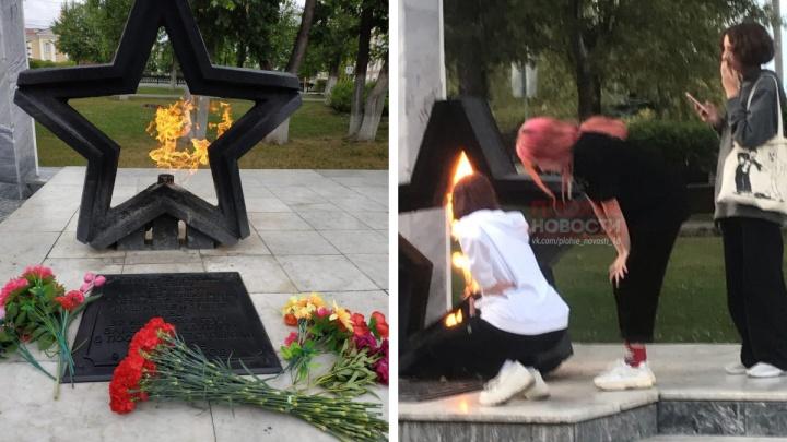 В Челябинской области школьницы пожарили сосиски на Вечном огне