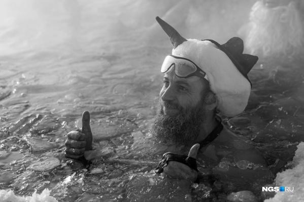 Алексей Моисеев руководил клубом зимнего плавания и организовывал массовые заплывы в ледяной воде