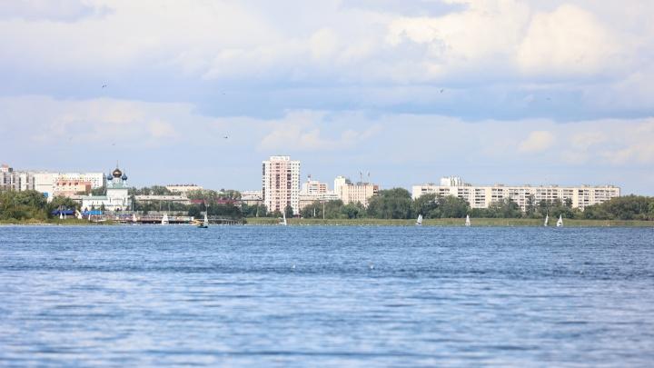Закрытый пляж, вид на яхты и соседство с VIP-отелями: изучаем СНТ на берегу озера в Челябинске