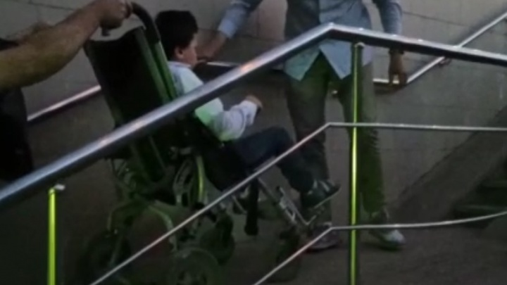 «Нет никакой доступной среды». Уфимка с сыном-инвалидом расшиблась при падении с пандуса в подземном переходе