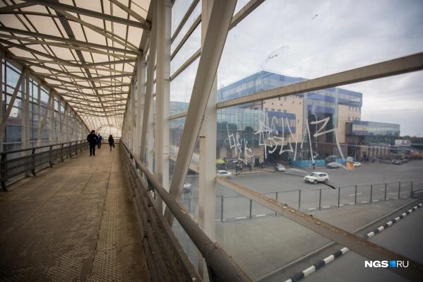 Рядом с бывшим зданием автовокзала на Красном проспекте проходит улица Колыванская