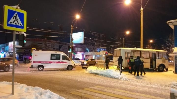 «Вышла из-под колес и упала в обморок»: в Архангельске автобус столкнулся со скорой и сбил женщину