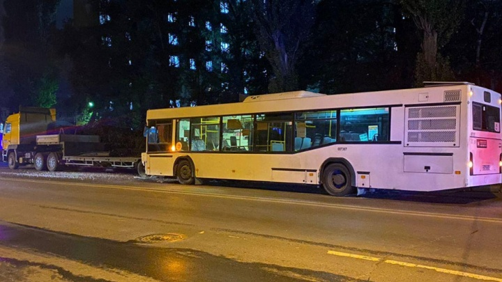 В Ростове эвакуатор и автобус не поделили дорогу. Пострадала пассажирка