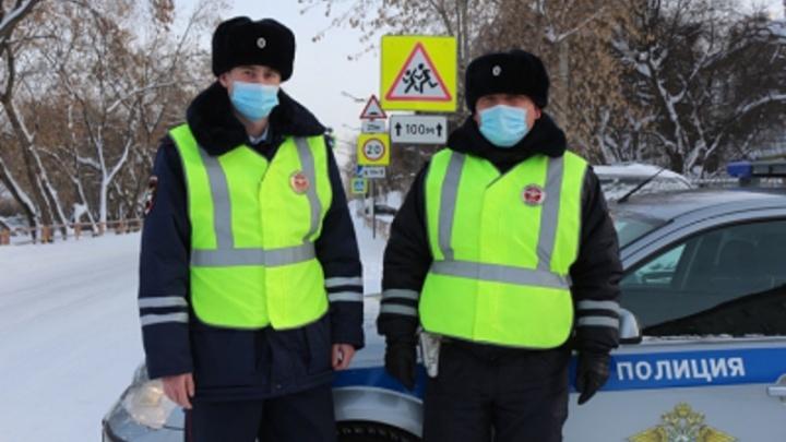 На свердловской трассе женщина с ребенком съехала в кювет и застряла в придавленной снегом машине