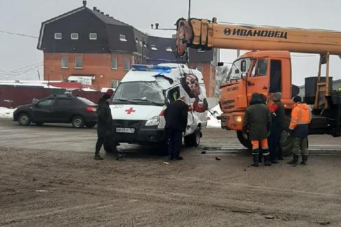 В Самаре автокран протаранил автомобиль скорой помощи