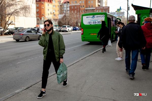 В автобусах, магазинах, ТРЦ все еще надо носить маски